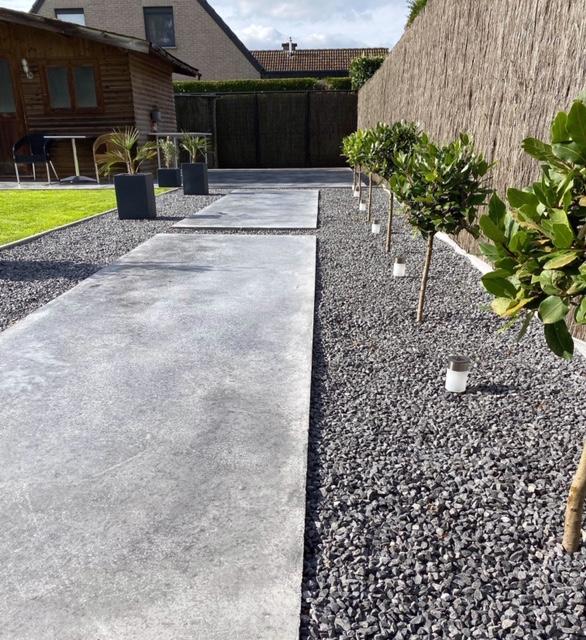 Afgewerkt tuinpad in gepolijste beton.