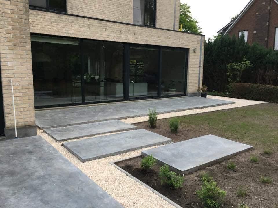 terras in polybeton met grote tegels